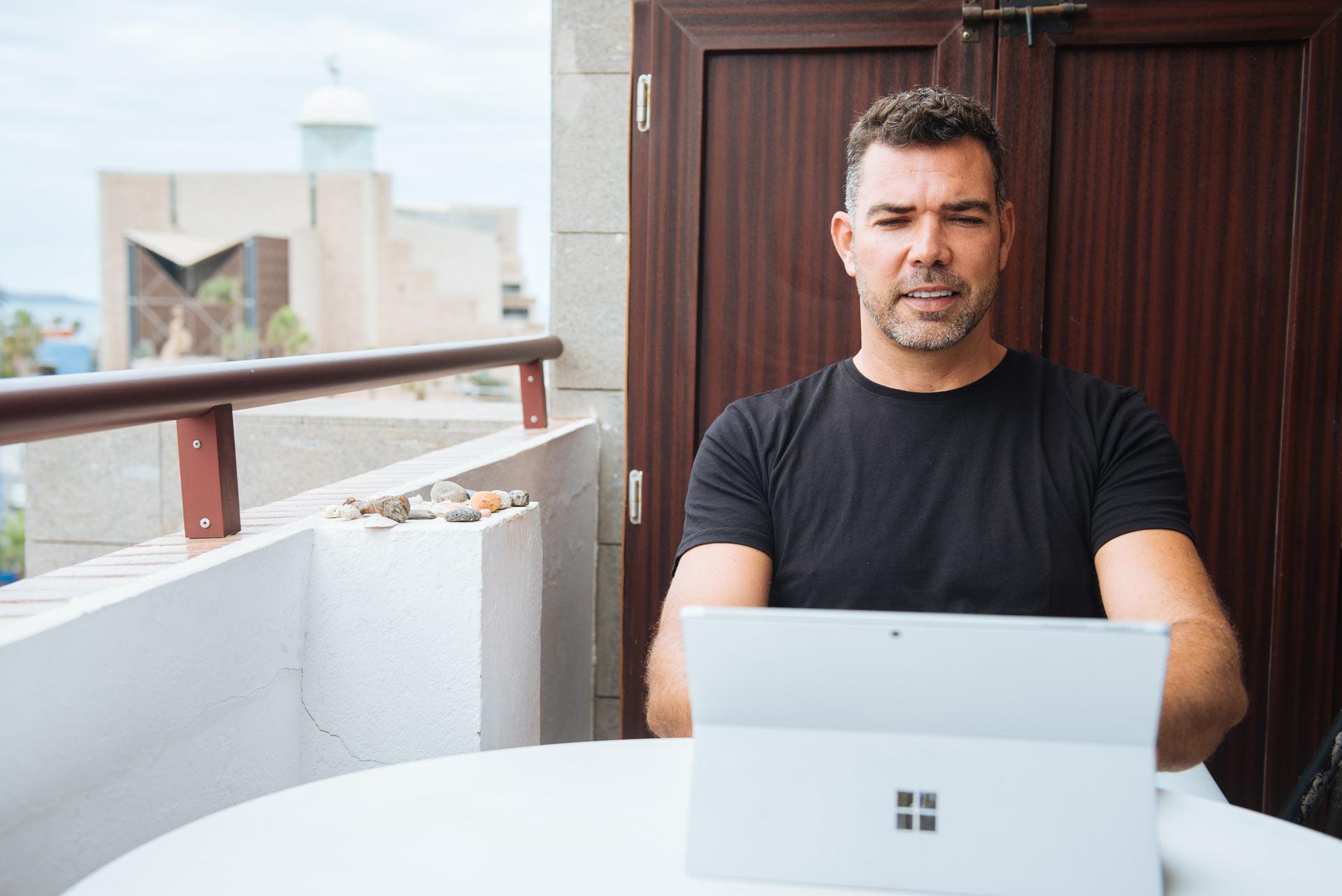 Alejandro Cabrera trabajando en su casa de Gran Canaria