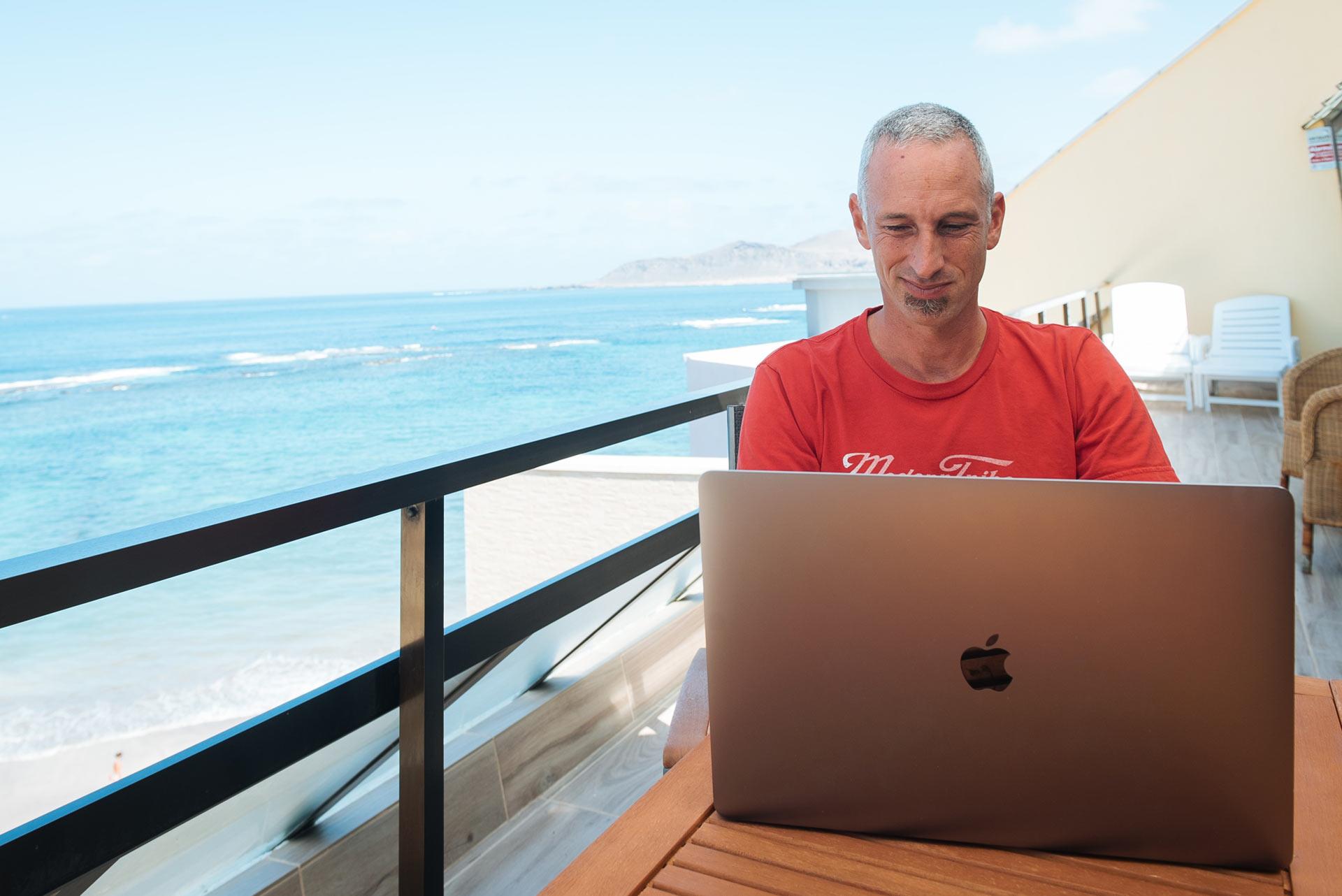 Shane Pearlman trabajando en su casa