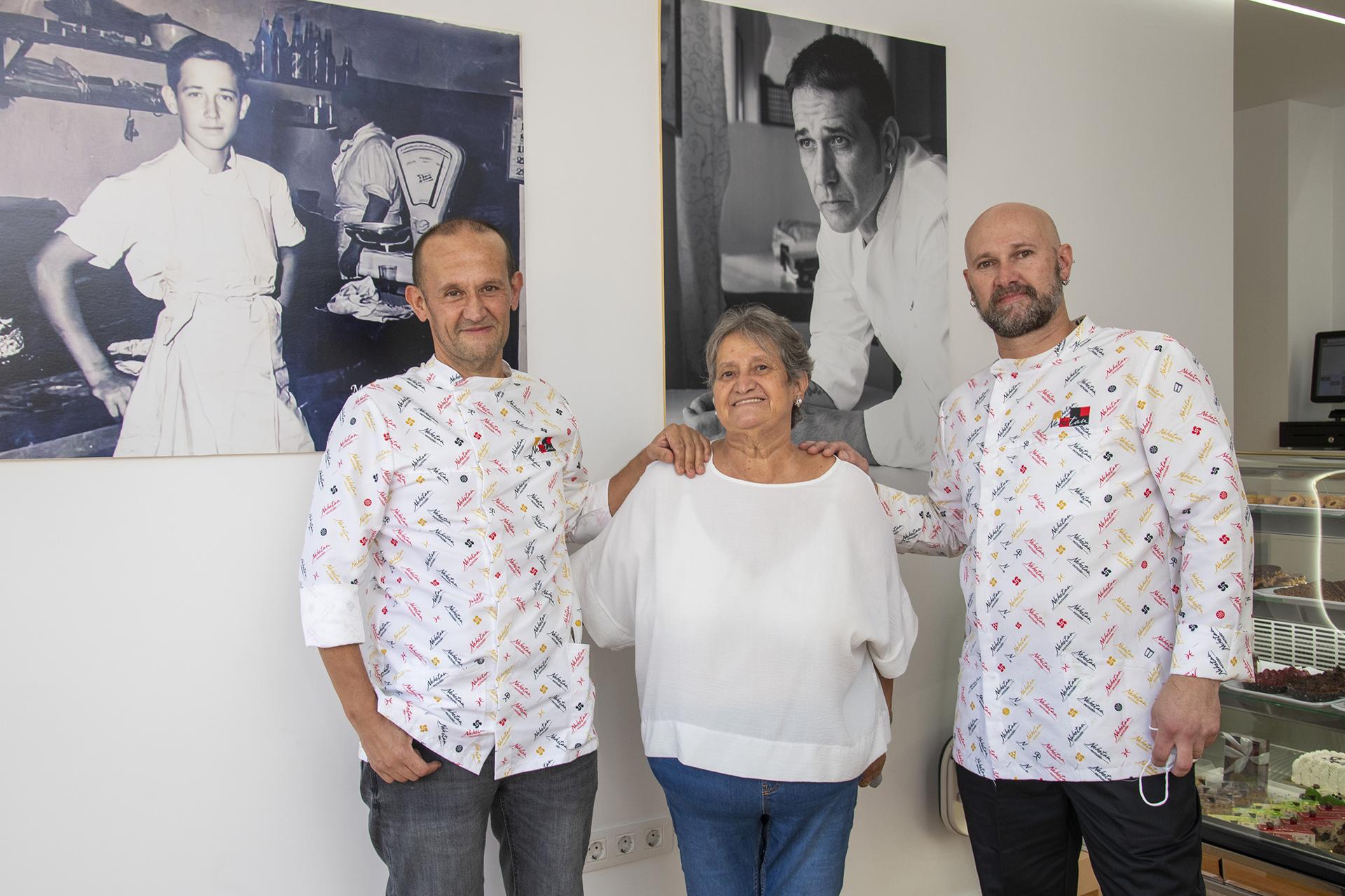 La familia Neketan en su pastelería de Doctoral